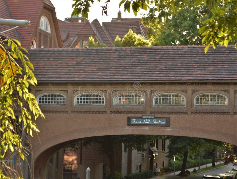 Forest Hills Sign op het Architecturale Brug Queens New York van de de Bouwtoren royalty-vrije stock foto
