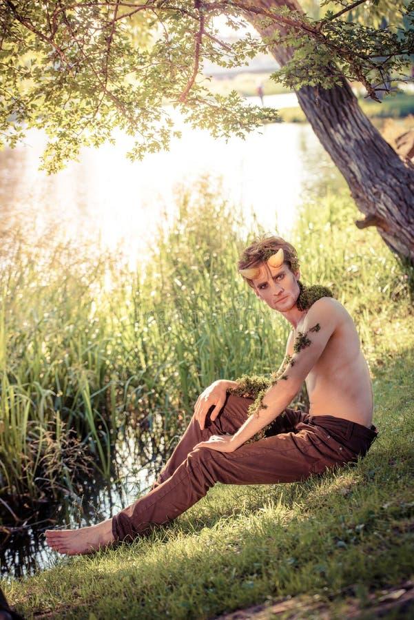 Forest King roi des bêtes en fourrure jeune homme sauvage klaxons et maquillage concept de mode au chelowin forêt et soleil de ri photos stock