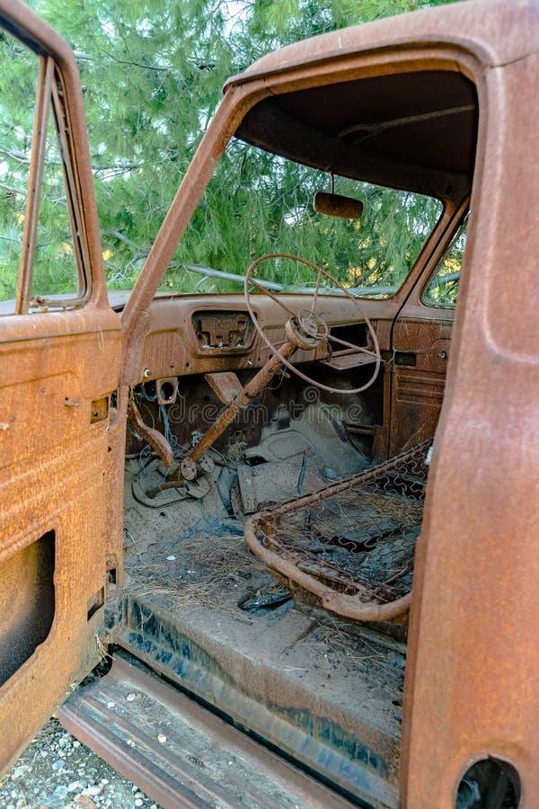 Forest Relic Old Car que oxida afastado na floresta com estar aberto imagem de stock royalty free