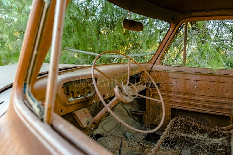Forest Relic Old Car que oxida afastado na floresta que olha para dentro imagens de stock royalty free
