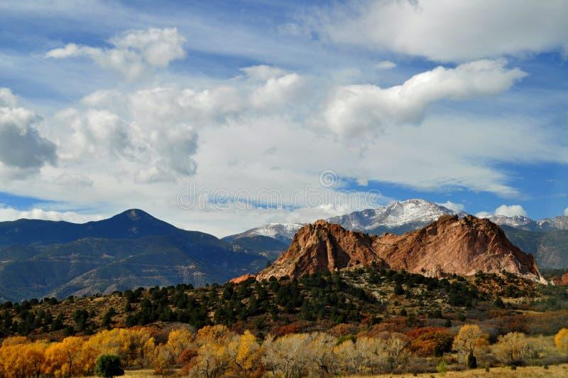 Foresta colorata in autunno con neve e montagne sullo sfondo, Colorado, Stati Uniti immagine stock libera da diritti
