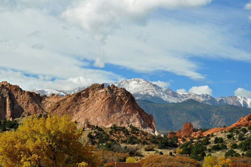 Foresta colorata in autunno con neve e montagne sullo sfondo, Colorado, Stati Uniti fotografie stock