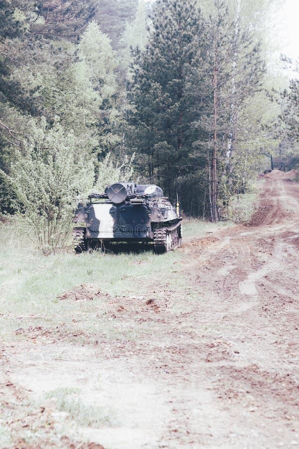 Foresta degno il veicolo da combattimento della fanteria parte della strada di attrezzatura militare abbia tonalit? immagini stock