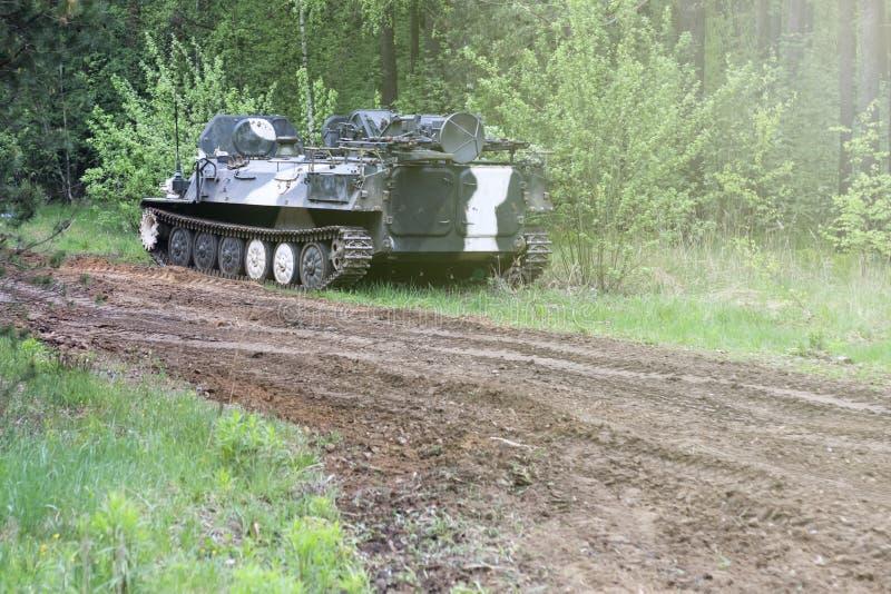Foresta degno il veicolo da combattimento della fanteria parte della strada di attrezzatura militare abbia tonalit? fotografie stock