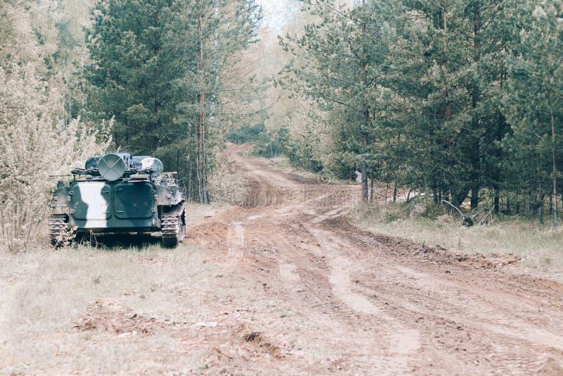 Foresta degno il veicolo da combattimento della fanteria parte della strada di attrezzatura militare abbia tonalit? fotografia stock