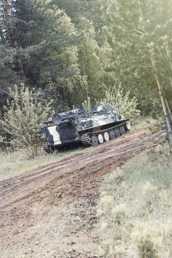 Foresta degno il veicolo da combattimento della fanteria parte della strada di attrezzatura militare abbia tonalit? fotografie stock libere da diritti