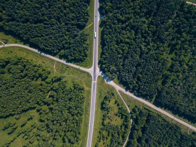 Foresta del colpo del fuco dell'elicottero con la strada immagine stock