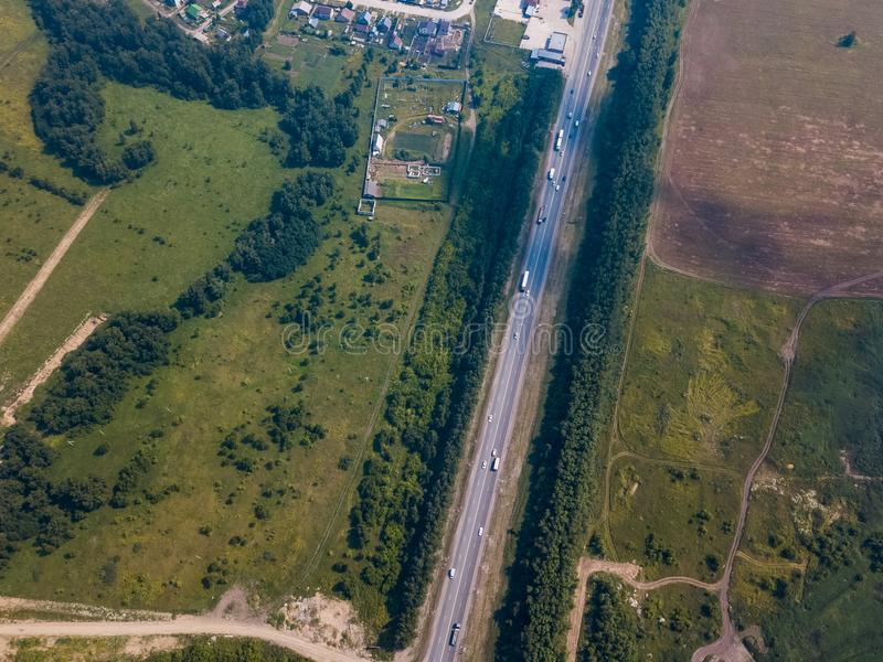 Foresta del colpo del fuco dell'elicottero con la strada fotografia stock libera da diritti