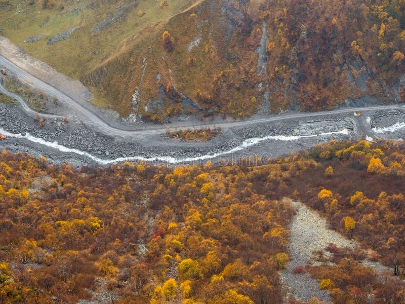 Foresta di autunno e fiume della montagna Alberi con le foglie gialle ed arancio Bello sfondo naturale Vista superiore fotografie stock libere da diritti