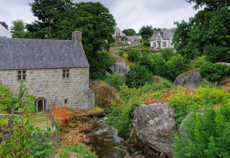Foresta di Huelgoat ed il vecchio mulino a acqua in Bretagna fotografia stock