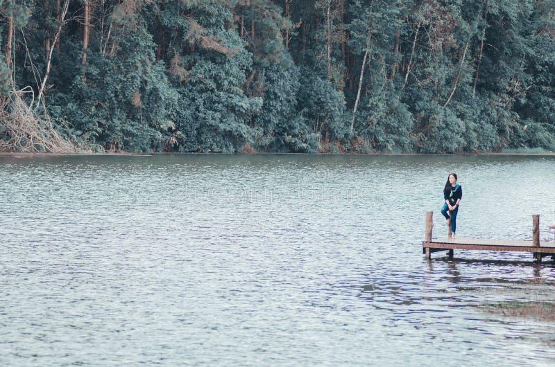 Foresta e giovani donne del fiume fotografia stock