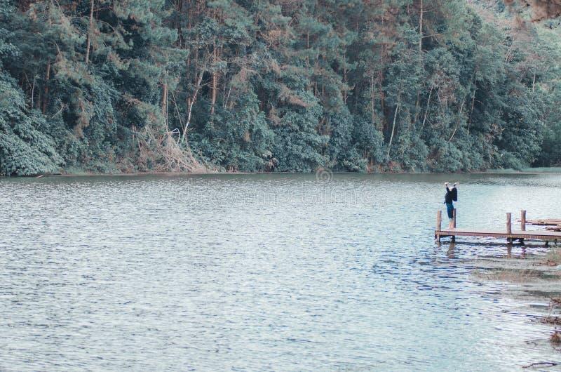 Foresta e giovani donne del fiume fotografie stock