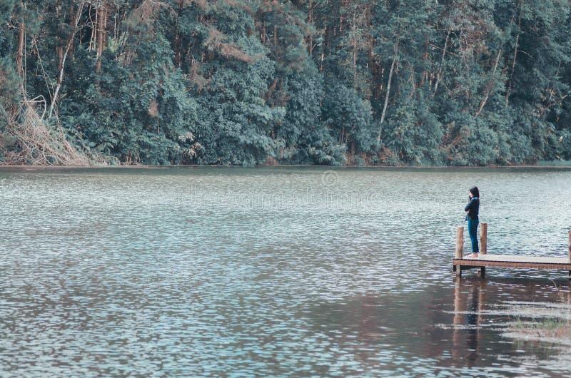 Foresta e giovani donne del fiume immagine stock libera da diritti
