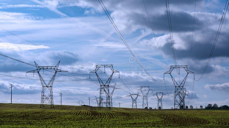Foresta elettrica del pilone immagini stock libere da diritti