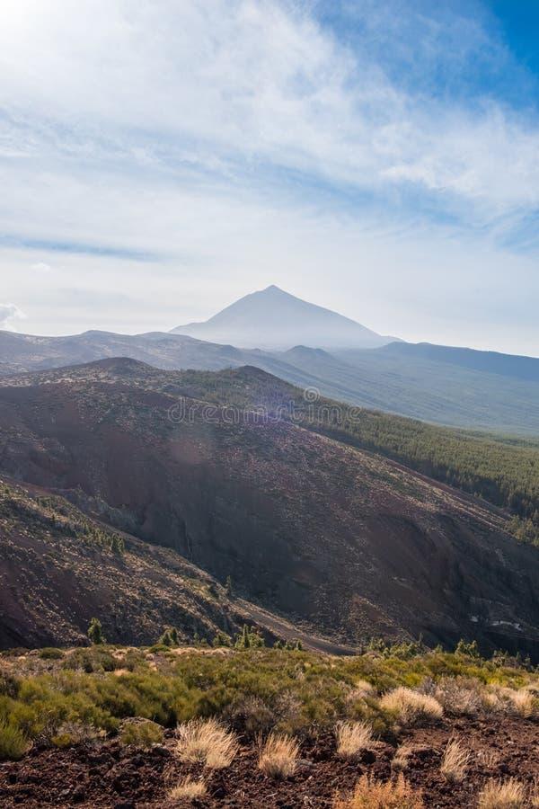 Foresta, paesaggio della montagna - cielo blu e nuvole immagine stock