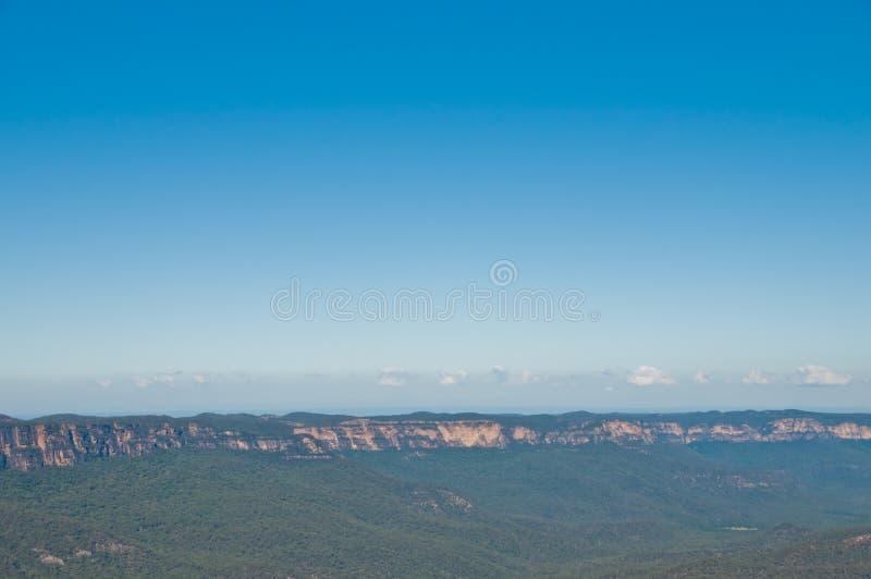 Foresta verde-cupo e collina lunga della montagna alla montagna blu in Syd fotografia stock libera da diritti