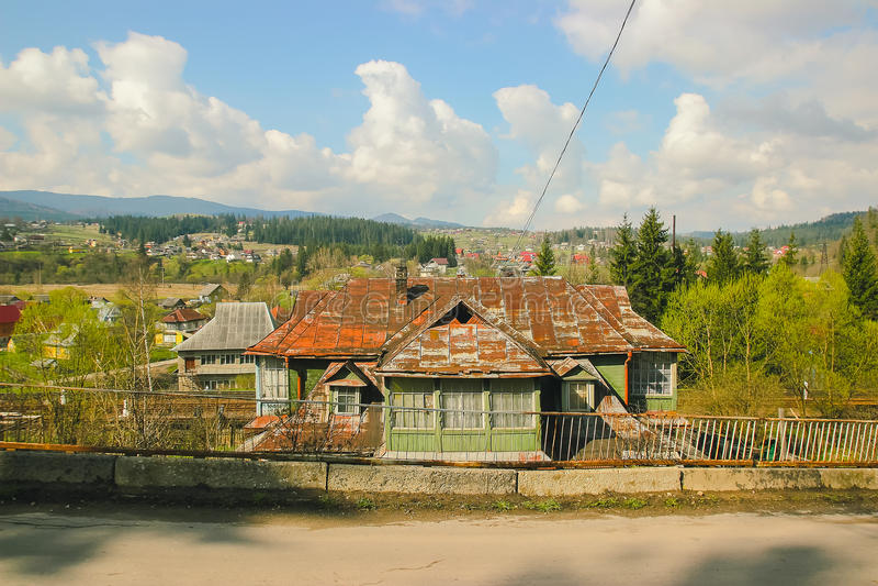 Forester& x27; cabine de s na floresta imagens de stock royalty free