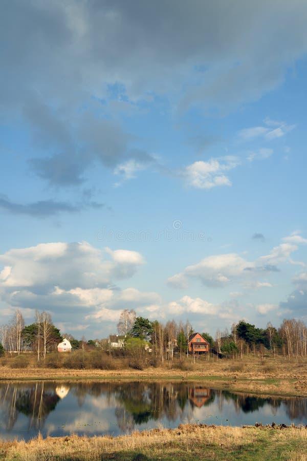 Forestsee und Landhäuser t, Dorf finnland stockbilder