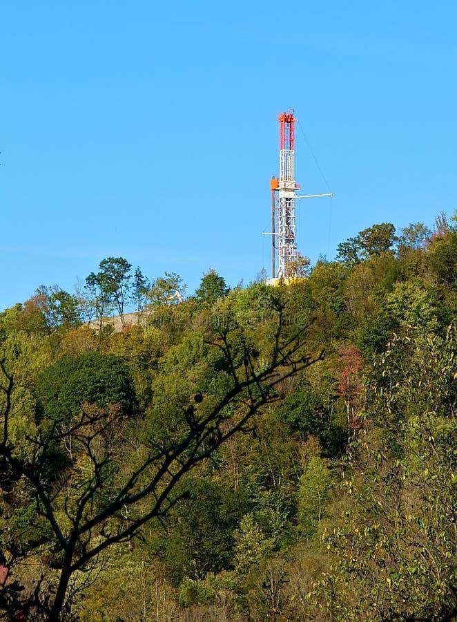 Foret de gaz naturel sur la pente de montagne images stock