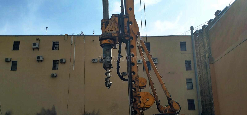 Foreuse au travail sur un chantier de construction photo stock