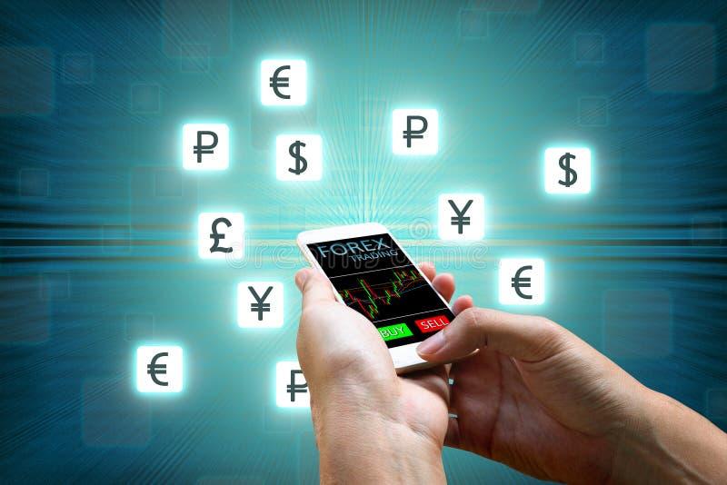 Forexbegrepp, smart telefon för affärsmaninnehav och valutasymbol arkivbilder
