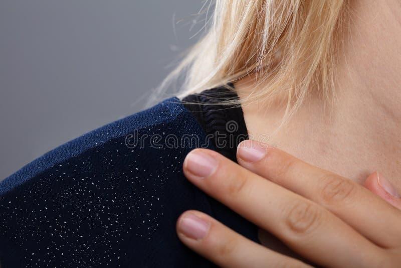 Forfora sulla spalla della donna fotografia stock libera da diritti