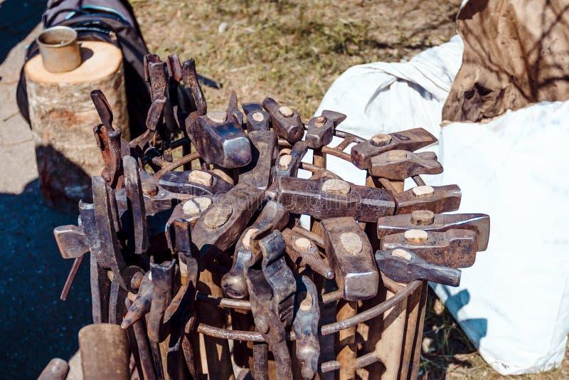 Forgeron au travail marteaux dans un panier en m?tal Il y a beaucoup d'ils outil pour le ma?tre photos libres de droits