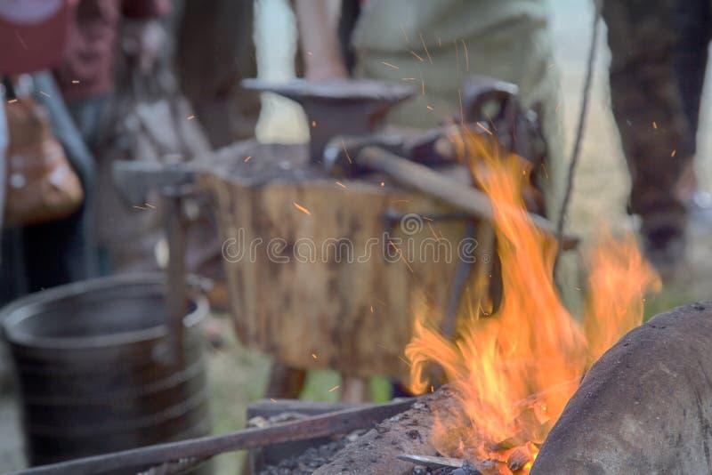 Forgeron de village près des soufflets et enclume au travail image libre de droits