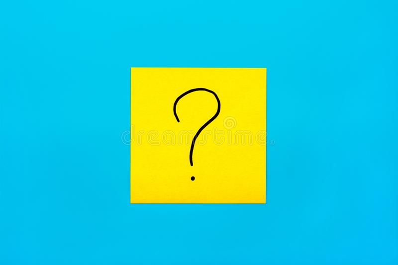 Forget, reminder, combination of colour concept- Close up black handwritten symbol of question mark on one yellow square sticker royalty free stock images