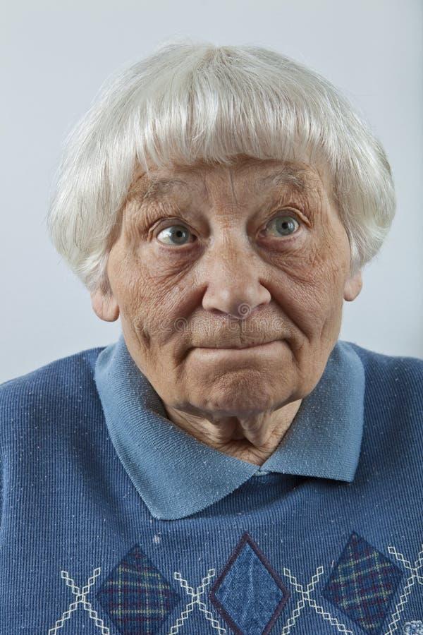 Forgetful ältere Frau lizenzfreie stockbilder