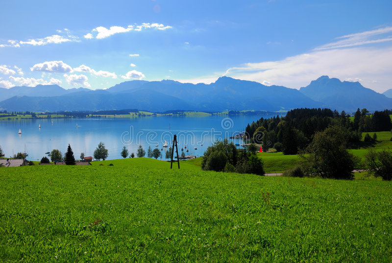 Forggensee und Alpen lizenzfreie stockfotografie