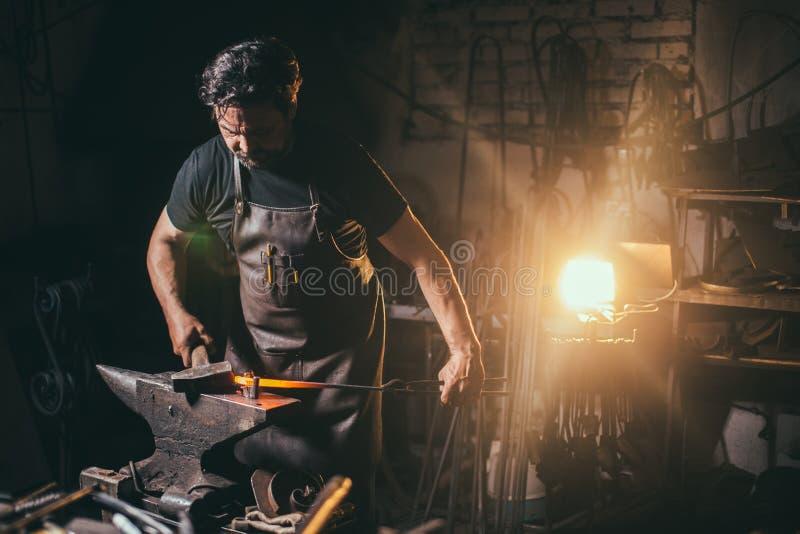 Forgia, lavoro del ` s del fabbro, metallo caldo fotografia stock libera da diritti