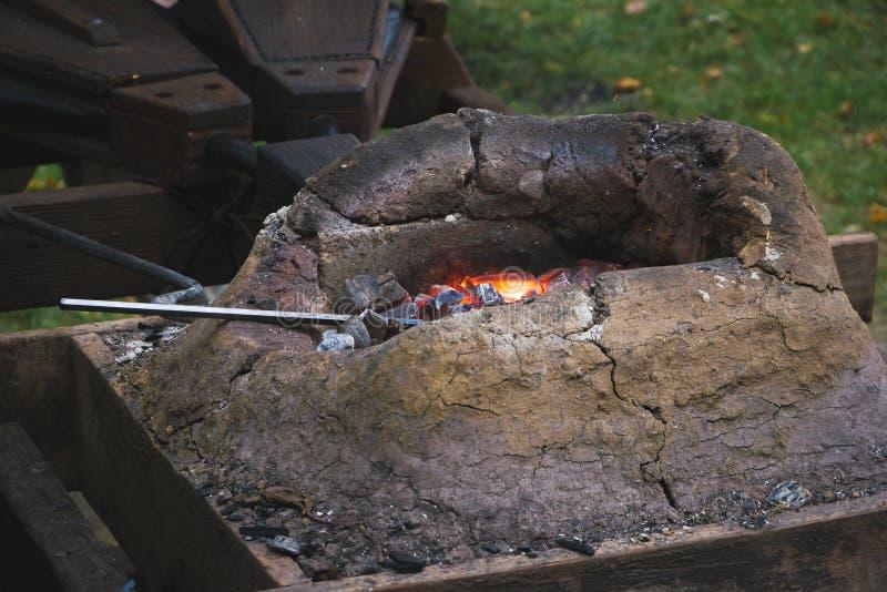 Forgia medievale del fabbro con la fornace ed i soffietti fotografia stock