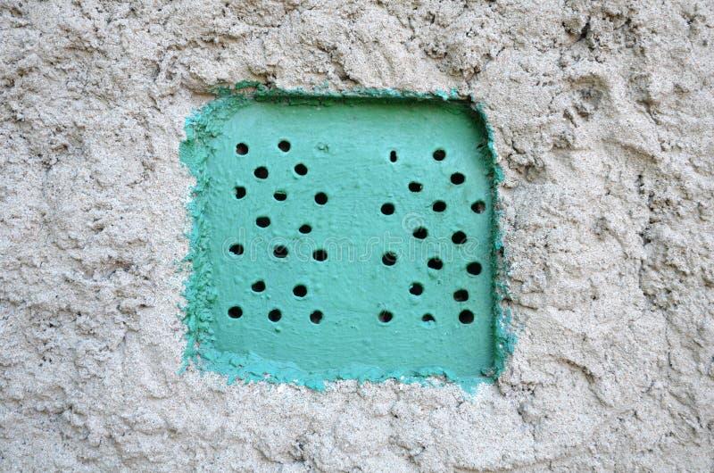Fori di sfiato in un muro di cemento immagine stock libera da diritti