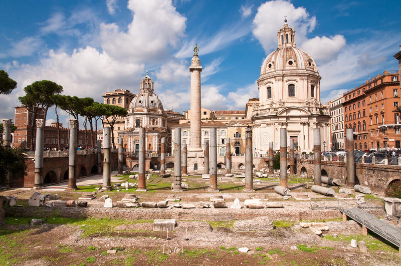 Fori Imperiali panoramique des colonnes Colonna trajana chiesa del s image libre de droits