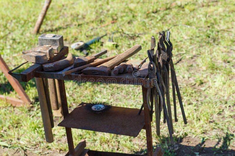 forja A ferramenta do ferreiro Ferramenta antiga feito à mão para blacksmithing imagem de stock royalty free