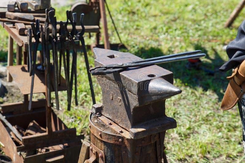 forja A ferramenta do ferreiro Ferramenta antiga feito à mão para blacksmithing fotografia de stock royalty free