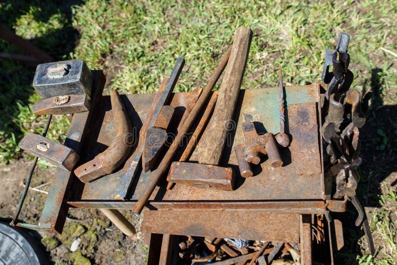 forja A ferramenta do ferreiro Ferramenta antiga feito à mão para blacksmithing fotografia de stock