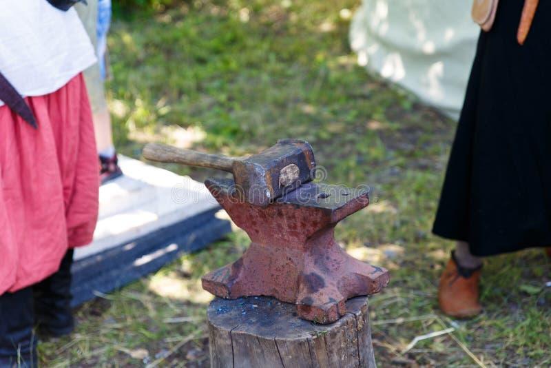forja A ferramenta do ferreiro Ferramenta antiga feito à mão para blacksmithing imagens de stock royalty free
