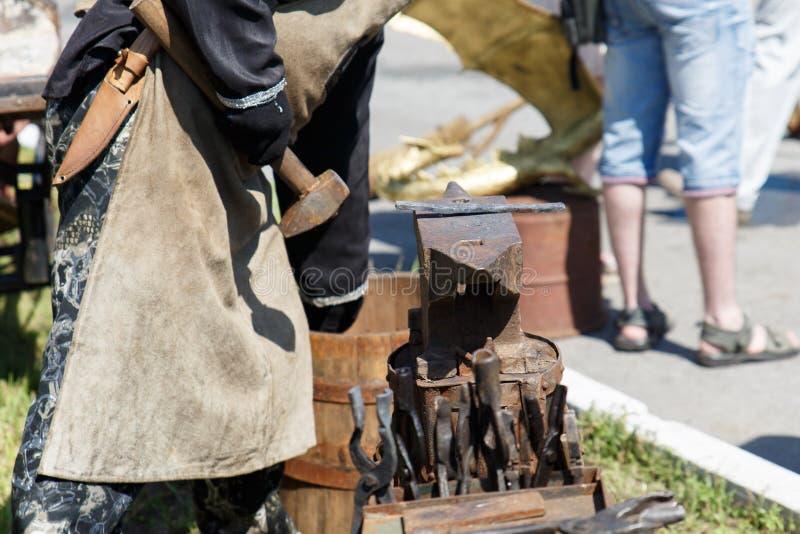 forja A ferramenta do ferreiro Ferramenta antiga feito à mão para blacksmithing fotos de stock
