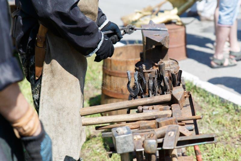 forja A ferramenta do ferreiro Ferramenta antiga feito à mão para blacksmithing foto de stock royalty free