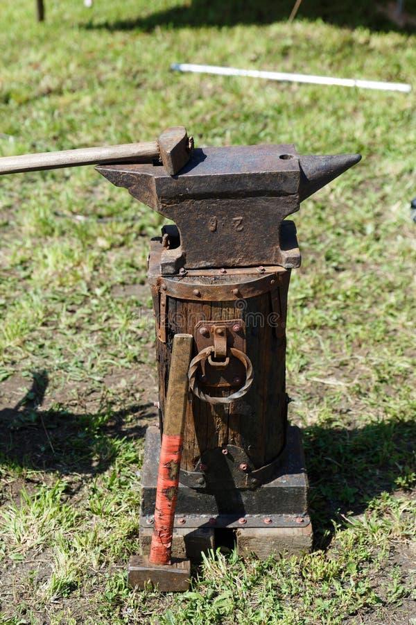 forja A ferramenta do ferreiro Ferramenta antiga feito à mão para blacksmithing imagens de stock