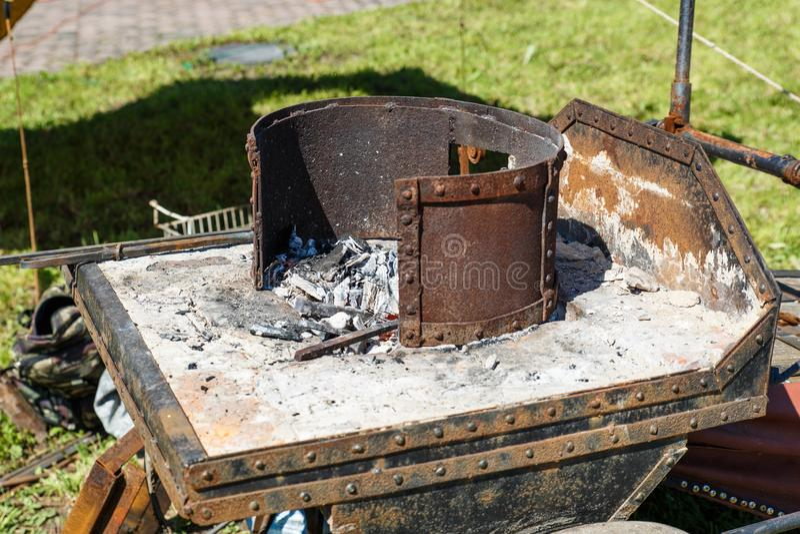 forja A ferramenta do ferreiro Forno da mão do ferreiro idoso Aquecimento do metal pelo método velho Fogo e metal imagem de stock royalty free