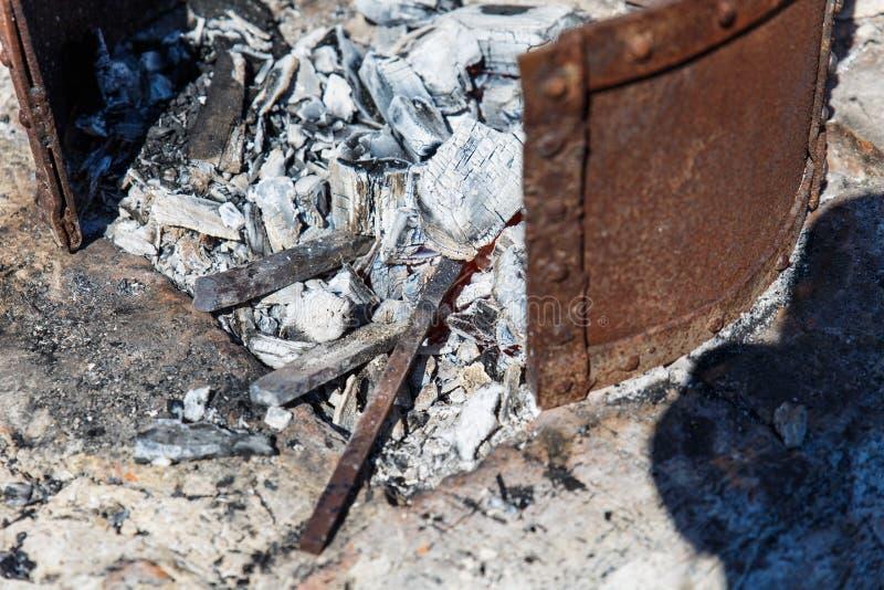 forja A ferramenta do ferreiro Forno da mão do ferreiro idoso Aquecimento do metal pelo método velho Fogo e metal fotos de stock