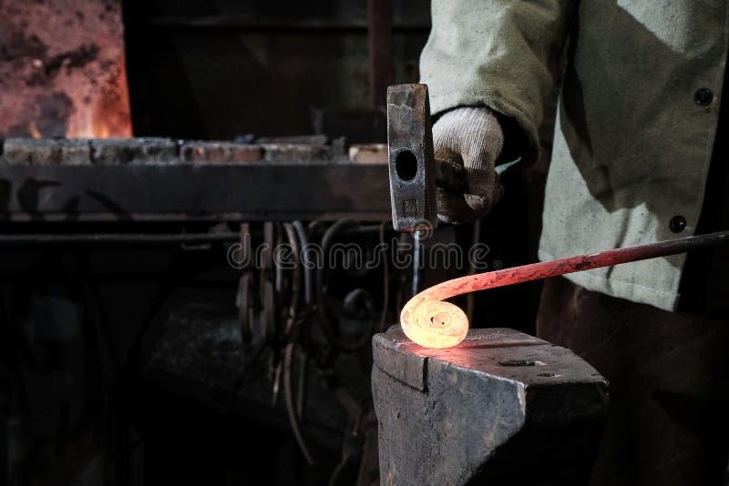 Forja, oficina da produção Ferramentas do ferreiro e metal quente foto de stock