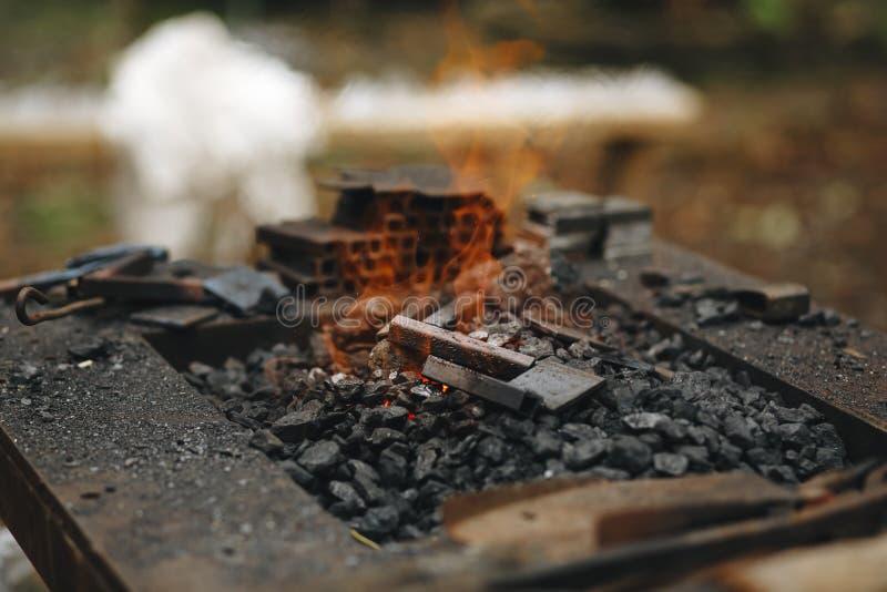 Forja, soldador com carvões muito quentes, close-up foto de stock royalty free