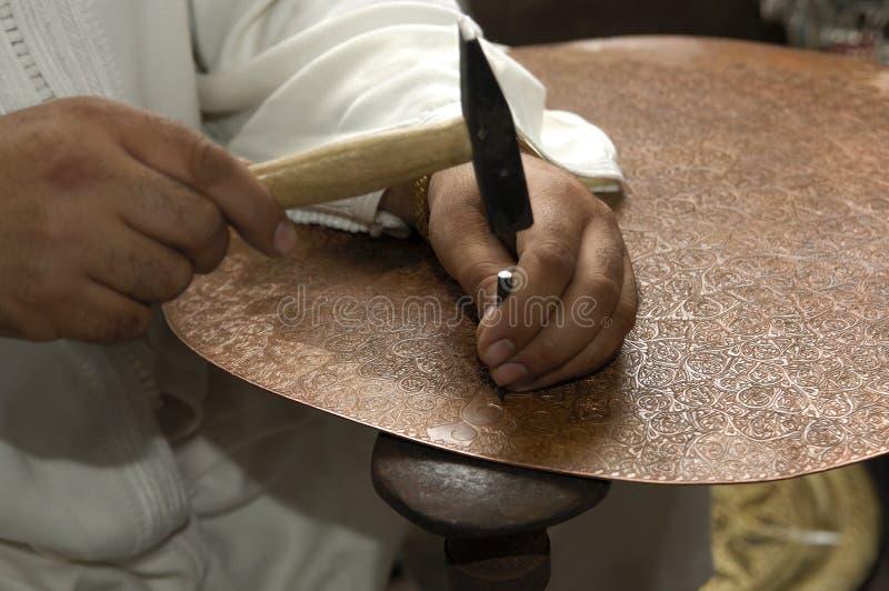 Forjador de cobre en el trabajo fotografía de archivo