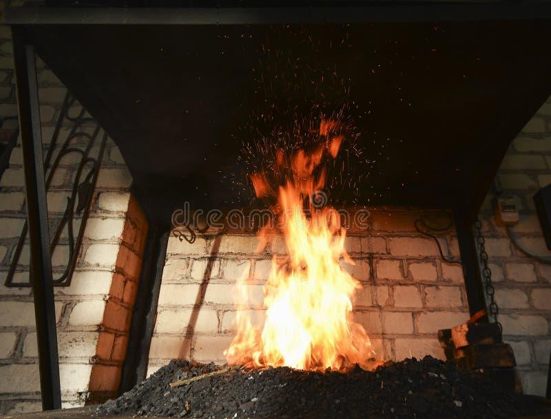 Forje o fogo no ferreiro onde as ferramentas do ferro crafted imagens de stock royalty free