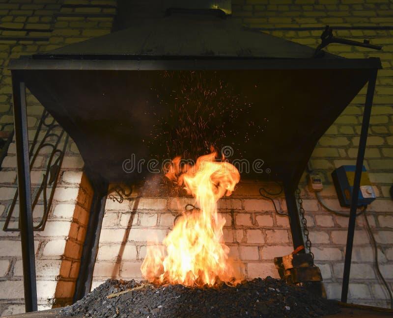 Forje o fogo no ferreiro onde as ferramentas do ferro crafted foto de stock royalty free