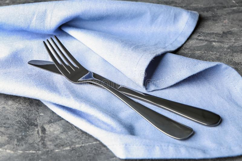 Fork y cuchillo en servilleta fotografía de archivo libre de regalías
